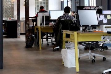 Tekstschrijver aan het werk op kantoor